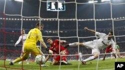 Penyerang Bayern, Mario Gomez berhasil membobol gawang Iker Casillas (Madrid) untuk kedua kalinya dalam semi final kejuaraan sepakbola di Munich, Jerman (17/4)
