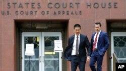 Jaksa Agung Hawaii Doug Chin (kiri) berjalan dengan Joshua Wisch (kanan), asisten khusus jaksa agung, di luar gedung pengadilan federal di Seattle, Senin, 15 Mei 2017. (AP Photo/Ted S. Warren)