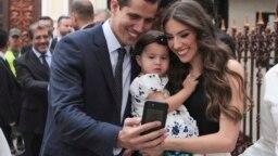 Ông Guaido và vợ con.