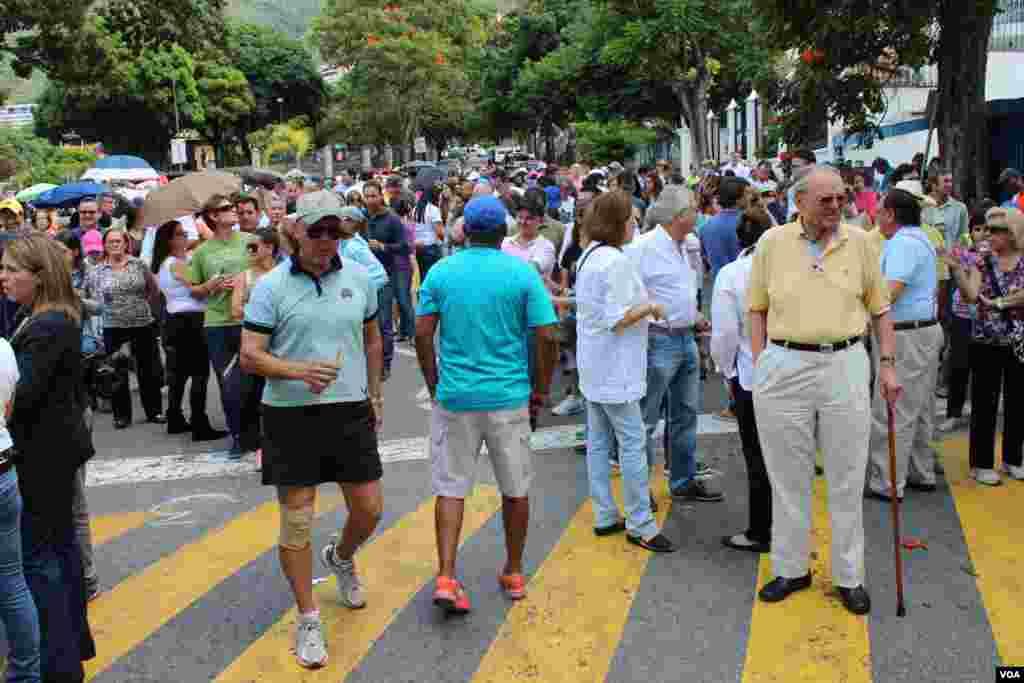 Desde muy temprano los venezolanos salieron a las urnas en Caracas donde se viene desarrollando el proceso electoral con normalidad. [Foto: Iscar Blanco, VOA]