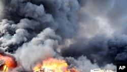 Lửa và khói bốc lên sau hai vụ nỏ bom ở khu vực Qazaz tại Damascus, ngày 10/5/2012