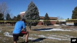 Un vecino se detuvo a orar frente a la escuela Arapahoe, el sábado.