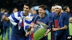 Lionel Messi (ဗဟုိ) Neymar နဲ႔ Luis Suarez (ဝဲ)