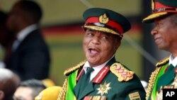 Umkhokheli webutho uGeneral Constantino Chiwenga ubobotheka ngesikhathi kugcotshwa uMnu. Emmerson Mnangagwa eHarare.