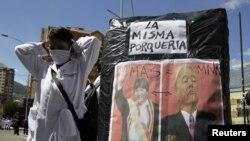 Protesta frente a la embajada de EE.UU. en La Paz. Piden la extradición del ex presidente Sánchez de Lozada. También arremeten contra Evo Morales.