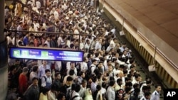 Para penumpang berjubel menunggu kereta api di New Delhi, India (30/7). Listrik padam di India Utara mengakibatkan kekacuan dalam pengaturan lalu lintas dan menghentikan layanan publik seperti rumah sakit dan jaringan transportasi umum.