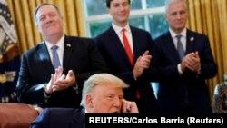 Donald Trump, u prisustvu državnog sekretara Pompea, savjetnika Jareda Kushnera i zvaničnika Savjeta za nacionalnu bezbjednost Roberta O'Briana, tokom razgovora sa liderima Sudana i Izraela (Foto: REUTERS/Carlos Barria)