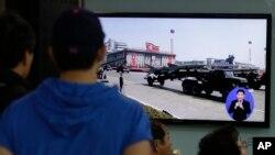 一名韓國市民在首都首爾的一個火車站觀看電視正在播放朝鮮軍隊閱兵儀式的電視片段﹐朝廷在星期六發射3美導彈。
