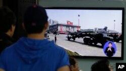 2013年5月18日韩国首都首尔火车站的电视屏幕播放朝鲜发射导弹的新闻