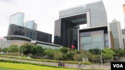 香港岛添马公园附近的特区行政长官办公室,政府总部及立法会综合大楼 (美国之音记者申华拍摄)