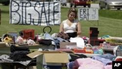 """Una compradora trata de encontrar lo que para ella puede ser un """"tesoro"""" en un garaje en Greenfield, Indiana."""