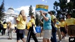 活动人士在加州首府萨克拉门托举行支持安乐死法案的集会。 (2015年9月24日)