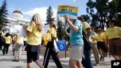 Các nhà hoạt động kêu gọi Thống đốc Jerry Brown phê chuẩn dự luật về quyền được chết cho những người mắc bệnh nan y tại Sacramento, California, ngày 24/9/2015.
