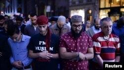 Warga Muslim melakukan shalat Maghrib berjamaah di depan Trump Tower di Manhattan, New York (1/6).