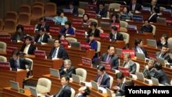 한국 야당인 더불어민주당 의원들이 2일 국회에서 열린 본회의에서 박근혜 대통령 탄핵을 촉구하는 피켓 항의를 하고 있다.