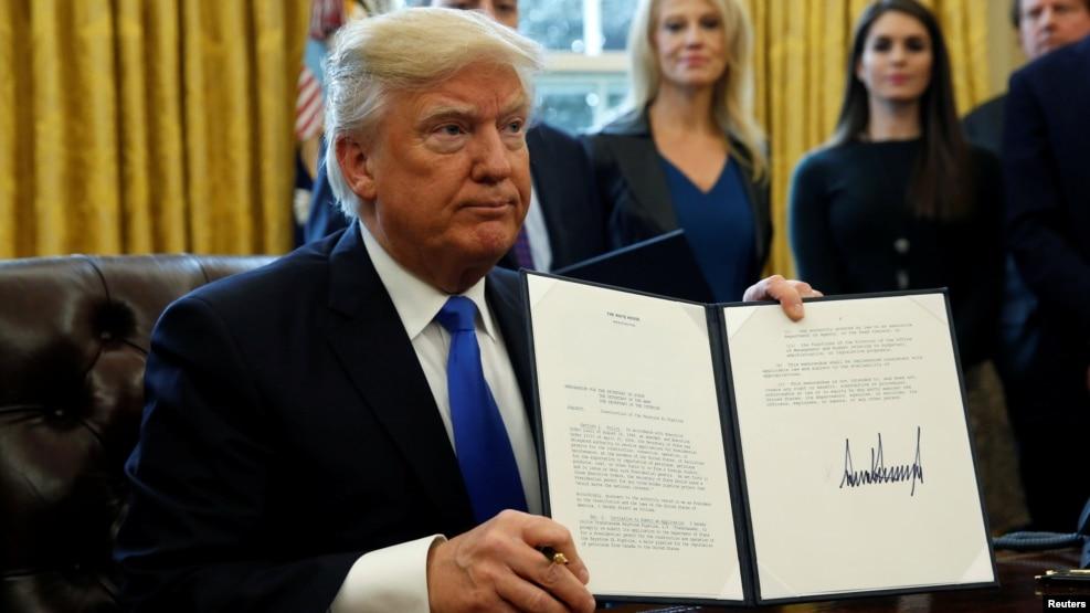 """""""Vamos a poner muchos trabajadores acereros de regreso a trabajar como lo hacíamos en los viejos tiempos"""", dijo Trump a los periodistas mientras firmaba las órdenes en la Casa Blanca."""
