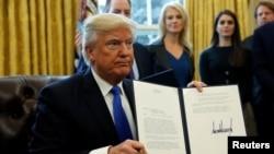 El presidente Donald Trump firmó el martes, 24 de enero, de 2017, en la Casa Blanca, una orden ejecutiva autorizando la construcción del oleoducto Keystone XL.