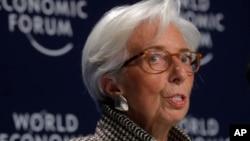Direktur IMF Christine Lagarde berbicara dalam konferensi pers pertemuan tahunan Forum Ekonomi Dunia di Davos, Swiss, Senin (22/1).