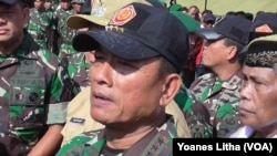 Panglima TNI Jenderal Moeldoko memberikan keterangan kepada wartawan seusai menyaksikan latihan Pasukan Pemukul Reaksi Cepat (PPRC) di Kabupaten Poso, Sulawesi Tengah (31/3). (VOA/Yoanes Litha)