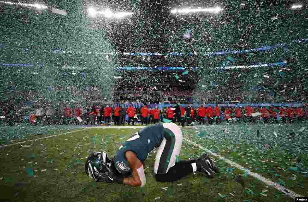 កីឡាករ Patrick Robinson របស់ក្រុម Philadelphia Eagles សាទរនៅពេលឈ្នះការប្រកួតបាល់ឱប Super Bowl LII នៅស្តាត U.S. Bank នៅក្នុងក្រុង Minneapolis រដ្ឋ Minnesota កាលពីថ្ងៃទី៤ ខែកុម្ភៈ ឆ្នាំ២០១៨។