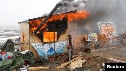 Les militants de Standing Rock ont mis le feu à leurs installations avant l'évacuation le 22 février 2017.