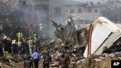 Polisi na wafanyakazi wa uokozi katika eneo lililotokea ajali ya ndege na kusababisha vifo vya abiria na wafanyakazi wake mjini Lagos