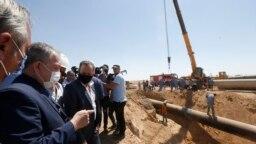 Perdana Menteri Suriah yang ditunjuk, Hussein Arnous (kedua dari kiri) saat mengunjungi lokasi serangan terhadap jalur pipa gas dekat Damaskus, Suriah, 24 Agustus 2020. (Photo: Louai Beshara/AFP)