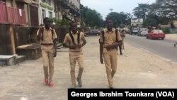 La police ivoirienne patrouillent le 17 septembre 2017 à Abidjan, en Côte d'Ivoire. (VOA/Georges Ibrahim Tounkara)
