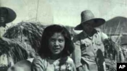 中國大躍進期間的照片顯示人坐在密植的稻子上。當時各地競相偽造糧食高產,種下大飢荒惡果。