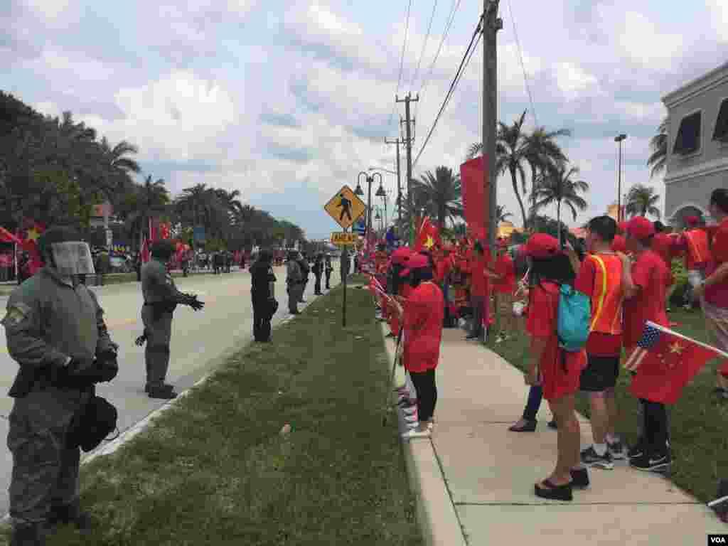 防爆警察与聚集在习近平下塌酒店附近的人群(美国之音莉雅拍摄)