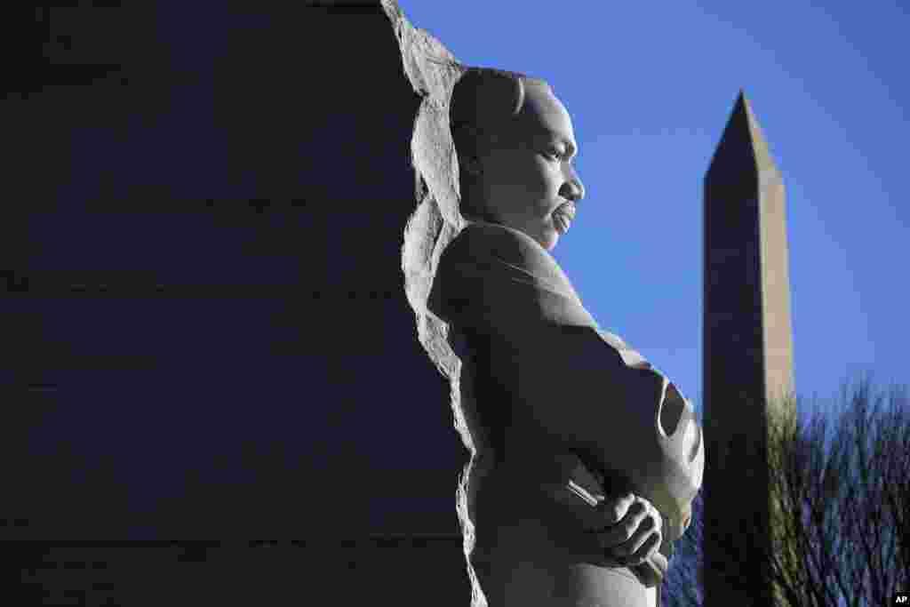 """2019年1月21日,馬丁路德金紀念日,馬丁路德金雕像和華盛頓紀念碑。馬丁·路德·金紀念日是美國三個紀念個人的聯邦假日之一。他是美國50至60年代民權運動的領袖,運用雄辨的口才和非暴力抗議的信仰,成為反對種族隔離和種族歧視鬥爭的代言人。他在1968年4月被刺殺,當時他只有39歲。在他遇刺後的幾天裡,美國數百個城市爆發了示威和暴動。首都華盛頓是騷亂最嚴重的地區之一。馬丁·路德·金在遇害幾天前,在華盛頓的國家大教堂發表了他最後的禮拜日佈道。他在那次佈道中呼籲團結,他說:""""我們將帶來正義、兄弟情誼與和平的新的一天。"""""""