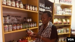 Dans les locaux de la start-up les saveurs de Mam Mum, sa promotrice présente ses produits, à Yaoundé, le 20 avril 2020. (VOA/Emmanuel Jules Ntap)
