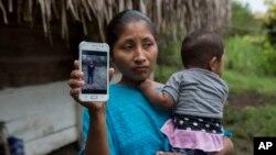 Claudia Maquin, de 27 años, muestra una foto de su hija Jakelin Amei Rosmery Caal Maquin en Raxruha, Guatemala, el sábado 15 de diciembre de 2018.