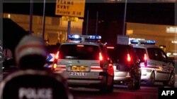 Французская полиция экскортирует Мануэля Норьегу в аэропорт в пригороде Парижа. 11 декабря 2011г.