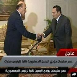 Le président Moubarak saluant son nouveau vice-président, Omar Suleiman