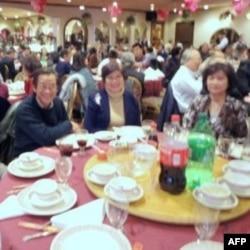Quan khách trong Bữa Cơm Tình Thương Cảm Tạ Ơn Người đều vui vẻ chúc mừng kỷ niệm 5 năm thành lập nhóm