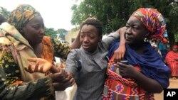 Mwanafunzi aliyekuwa ameweka na kuachiwa huru akiungana na familia yake katika Shule ya Sekondari ya Juu ya Bethel Baptist huko Damishi, Nigeria, Jumapili, Julai 25, 2021. (AP Photo).