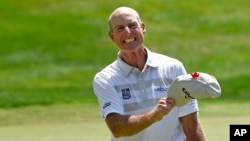Jim Furyk celebrates after shooting a course and PGA-record 58 during the final round of the Travelers Championship golf tournament in Cromwell, Conn., Sunday, Aug. 7, 2016.
