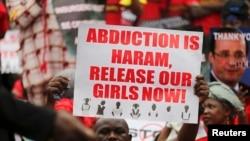 Người biểu tình cầm các biểu ngữ kêu gọi thả các nữ sinh bị bắt cóc