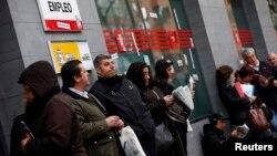 2일 스페인 정부가 운영하는 마드리드시 구직 안내소 앞에 줄 서 있는 사람들.
