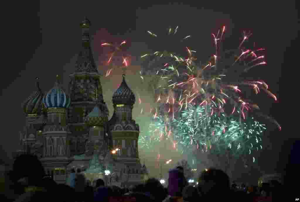 آتش بازی در آسمان مسکو در برابر کلیسای مشهور سنت بازیل
