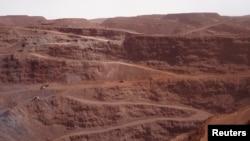 Un camion conduit le long d'une route pour aller à la mine de Zouerate, Mauritanie, le 23 juin 2014.