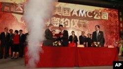 Gerry Lopez, CEO AMC Entertainment (tengah kiri) dan Zhang Lin, wakil pimpinan perusahaan Wanda dalam upacara penandatanganan pembelian jaringan bioskop AS senilai 2,6 miliar dolar di Beijing (21/5).