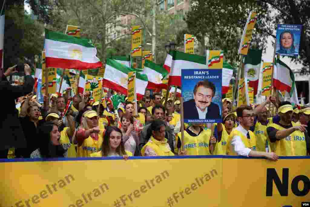 معترضان به سخنرانی روحانی در نیویورک عکس هایی از مسعود و مریم رجوی رهبران مجاهدین خلق در دست داشتند.