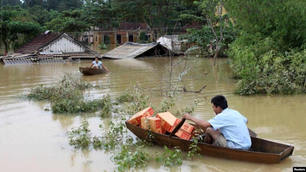 Người đàn ông chèo thuyền để vận chuyển hàng cứu trợ trong trận lụt ở huyện Hương Khê, Hà Tĩnh, ngày 18/10/2010.