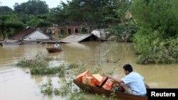 Dân nghèo chống chọi lũ lụt ở Việt Nam