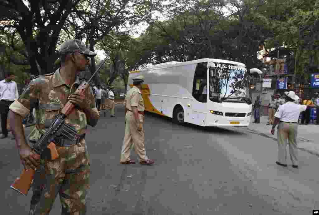  بھارتی کرکٹ ٹیم سخت سیکیورٹی میں پاکستان کے خلاف پہلا ٹی ٹونٹی میچ کھلینے کے لیے اسٹیڈیم آ رہی ہے۔