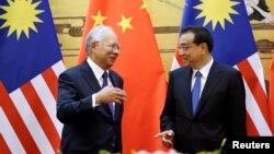 중국을 방문한 나집 라자크 말레이시아 총리(왼쪽)가 1일 베이징 인민대회당에서 리커창 중국 총리와 서명식에 참석했다.