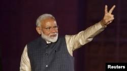 លោកនាយករដ្ឋមន្ត្រីឥណ្ឌា Narendra Modi លើកដៃពីរទៅកាន់អ្នកគាំទ្របន្ទាប់ពីលទ្ធផលបោះឆ្នោតបង្ហាញថាជ័យជម្នះនៅការិយាល័យកណ្តាលរបស់គណបក្ស Bharatiya Janata Party (BJP) ក្នុងទីក្រុងញូវដែលីប្រទេសឥណ្ឌា កាលពីថ្ងៃទី២៣ ខែឧសភា ឆ្នាំ២០១៩។
