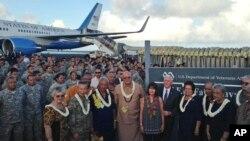El vicepresidente de EE.UU., Mike Pence, junto a su esposa, posan para una foto con funcionarios y soldados estadounidenses durante una escala de reabastecimiento en Pago Pago, American Samoa, el lunes, 24 de abril de 2017, tras partir de Australia con destino a Hawaii.